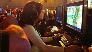 Jóvenes jugando a videojuegos.