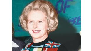 Margaret Thatcher porte fièrement son pull européen en 1975. A l'époque, la Dame de fer est pro-européenne.