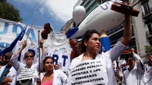 Miles de maestros marcharon el lunes 6 marzo en Buenos Aire por el paro de dos día exigiendo un aumento salarial.