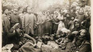 Белорусские беженцы от линии фронта Первой мировой войны. Лагерь в Слуцке. 1915 г.