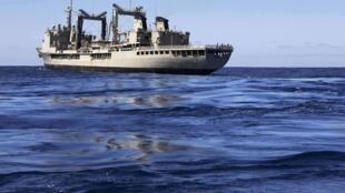 Uma embarcação australiana com equipamento especializado na detecção de caixas-pretas se dirige ao local de buscas do avião da Malaysia Airlines.