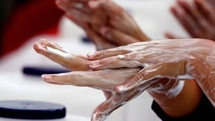 Doctors advise you to wash your hands well and regularly to avoid infection