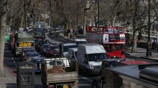 Ônibus a diesel e carros já pagam pedágio no centro de Londres