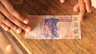 Un billet de 10000 francs CFA.