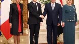 Emmanuel e Brigitte Macron recebidos por Abdel Fattah al-Sissi e Intissar Amer no Palácio Presidencial, Cairo.
