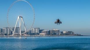 Реактивный полет Венсана Реффе в небе над Дубаем 14 февраля 2020