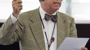 O eurodeputado espanhol Francisco Sosa Wagner, durante a reunião no Parlamento Europeu, em Estrasburgo, para discutir a crise sanitária provocada pela variante agressiva da bactéria Echerichia Coli.