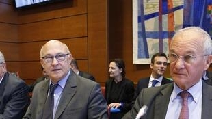 French Finance Minister Michel Sapin (C) and Budget Minister Christian Eckert (L) present their 2015 budget