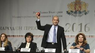 Социалист Румен Радев, победивший на президентских выборах в Болгарии