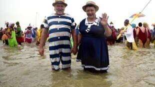 Тысячи человек приняли участие в традиционном новогоднем купании в Дюнкерке, 1 января 2020 г.