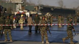 Kaboul, le 27 février 2016. Des soldats de l'armée nationale afghane sur les lieux de l'attaque-suicide qui a eu lieu près du ministère de la Défense.