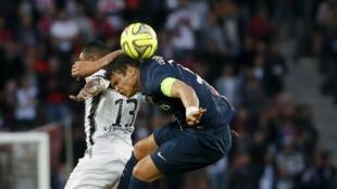 Thiago Silva, disputando a bola no jogo desta sexta-feira frente Guingamp, no Parque dos Príncipes, em Paris