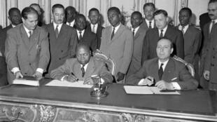 Le 15 juillet 1960 à Paris, le Premier ministre gabonais Léon Mba (g) et son homologue français Michel Debré signent un accord sur l'indépendance du Gabon.