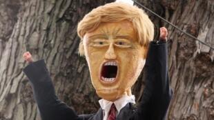 Un représentation de Donald Trump installée chez un Américain avant Halloween.