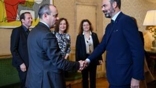 Poignée de main entre le secrétaire général de la CFDT Laurent Berger (G) et le Premier ministre Édouard Philippe avant une réunion à Matignon, le 25 novembre 2019, pour discuter de la réforme des retraites.