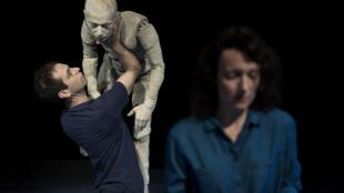 Renaud Herbin manipulant son mannequin dans «La Vie des Formes», Festival Mondial des Théâtres de Marionnettes, Charleville-Mézières, septembre 2017.