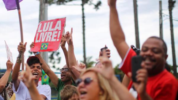 Apoiadores de Lula festejam decisão do Ministro Marco Aurélio Mello, que pode resultar da soltura do ex-presidente, em Curitiba. 19/12/2018