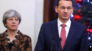 Thủ tướng Anh Theresa May (T) và đồng nhiệm Ba Lan Mateusz Morawiecki trong buổi họp báo tại Vacxava ngày 21/12/2017.