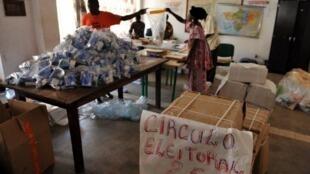 Kits de registo biométrico na Guiné-Bissau, em 2008.
