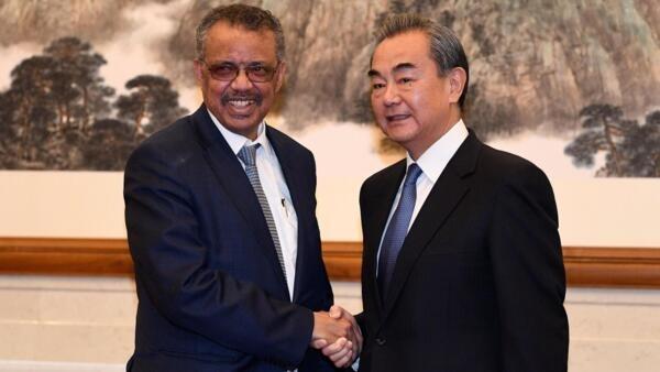 Diretor-geral da OMS, Tedros Adhanom, se enocntoru com o chanceler chinês, Wang Yi, em Pequim.