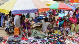"""Vendedoras ambulantes """"Zungueiras"""" exibem a sua mercadoria nas imediações do mercado de São Paulo, em Luanda"""