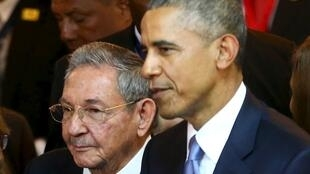 Raul Castro et Barack Obama à l'ouverture du Sommet des Amériques au Panama, le 10 avril 2015.