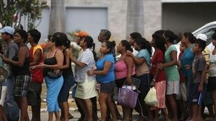 Mexicanos fazem fila para receber alimentos em Acapulco, em 18 de setembro de 2013.
