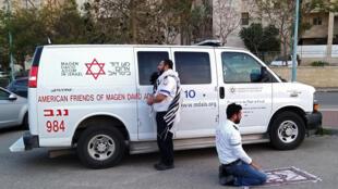 Dos paramédicos rezan a la vez junto a una ambulancia el 24 de marzo de 2020 en la ciudad israelí de Beersheba: un judío en dirección a Jerusalén y un árabe en dirección a La Meca
