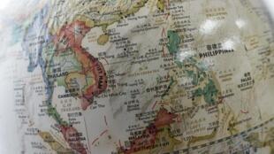 Bản đồ Biển Đông trên một quả cầu bày bán nơi một hiệu sách ở Bắc Kinh. Ảnh chụp ngày 15/06/2016.