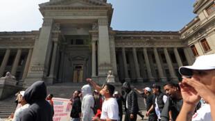 Trabajadores protestan frente al Palacio de Justicia tras la renuncia del presidente del Poder Judicial, Duberly Rodríguez, el 19 de julio de 2018 en Lima.