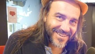 El percusionista argentino Minino Garay en los estudios de RFI en París.