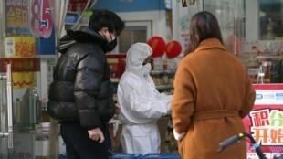 2月1日,武汉肺炎继续肆虐,武汉各医院仍然一床难求。
