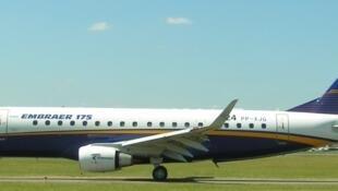 Avião modelo E175 da Embraer.