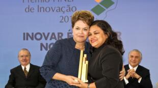 Presidenta Dilma Rousseff entrega o prêmio de Tecnologia Social a Josineide Barbosa Malheiros, representante da Associação dos Trabalhadores Agroextrativistas das Ilha das Cinzas (Ataic), durante o Prêmio Finep de Inovação 2011, no Palácio do Planalto.