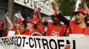 Os funcionários da Peugeot Citroen na frente da sede da empresa em Paris, no dia 28 junho de 2012.