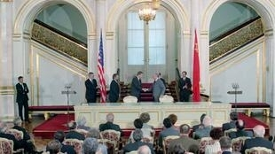 Lãnh đạo Mỹ-Liên Xô phê chuẩn Hiệp định tên lửa hạt nhân tầm trung (INF), tại điện Kremlin, 01/06/1988.