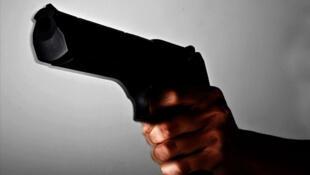 Pessoa empunhando uma pistola (imagem de ilustração)