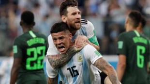 Marcos Rojo celebra el gol que supuso la clasificacion de Argentina para octavos de final junto a Leo Messi. El martes 26 de Junio en el estadio de san Petersburgo