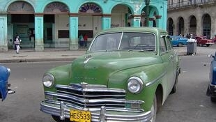 Photo d'une automobile du modèle Plymouth prise à La Havane, à Cuba.