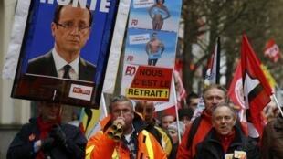 Портрет президента Олланда с надписью «Позор» - во Франции бастуют против реформы трудового законодательства, 31 марта 2016.
