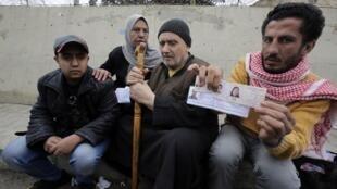 Réfugiés palestiniens, au poste-frontière libanais de Masnaa, eux ici, en attente d'entrée au Liban, après le bombardement de leur camp à Yarmouk, le 19 décembre 2012.