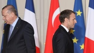 Tổng thống Pháp Emmanuel Macron (P) và đồng nhiệm Thổ Nhĩ Kỳ Recep Tayyip Erdogan sau buổi họp báo chung tại điện Elysée, Paris, ngày 05/01/2018.