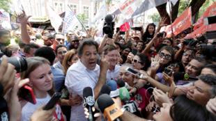 Le candidat à la présidentielle brésilienne, Fernando Haddad, du Parti des Travailleurs en campagne à Manaus, le 29 septembre 2018.