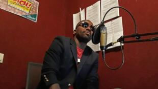 Narcis Kouassi présente le journal en nouchi sur la radio Gbich.