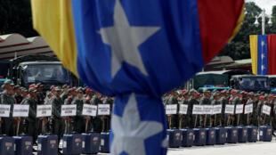Quân đội Venezuela mang các thùng phiếu chuẩn bị cho cuộc bầu cử cấp vùng ngày 15/10. Ảnh tại Caracas, ngày 09/10/2017.
