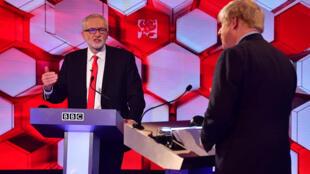 O primeiro-ministro britânico Boris Johnson (à direita) e Jeremy Corbyn, líder do Partido Trabalhista, no debate da BBC, em 6 de dezembro de 2019.
