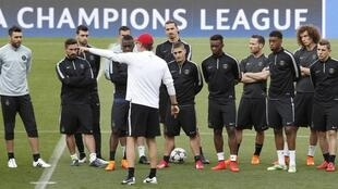 PSG coach Laurent Blanc speaks to his players ahead of the game against Barcelona, 20 April 2015.