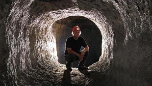 Richard Oslisly dans la grotte Mugumbi au Gabon