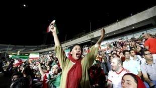 Une supportrice iranienne lors de la retransmission du match entre l'Iran et le Portugal à Téhéran lors du Mondial 2018.