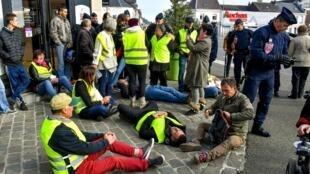 """Phong trào """"áo phản quang vàng"""" phản đối tăng thuế xăng dầu tại miền bắc Pháp, ngày 09/11/2018."""